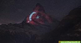Türk Bayrağı İsviçre Alpleri'nin zirvesi Matterhorn Dağı'na yansıtıldı